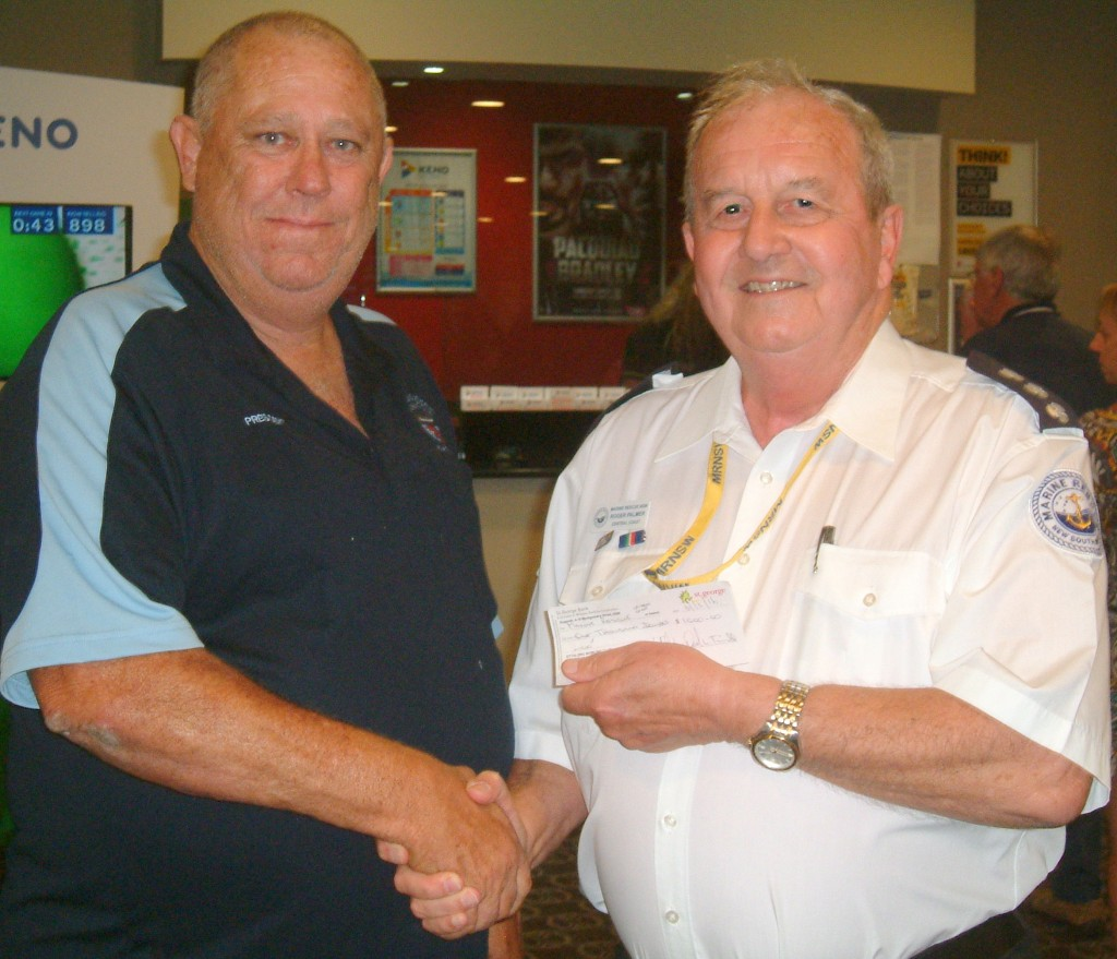 Unit Commander, Roger Palmer thanking Cliff Thompson, President of Ettalaong Bowling Club Fishing Club for the genrous donation of $1000 to MRCC